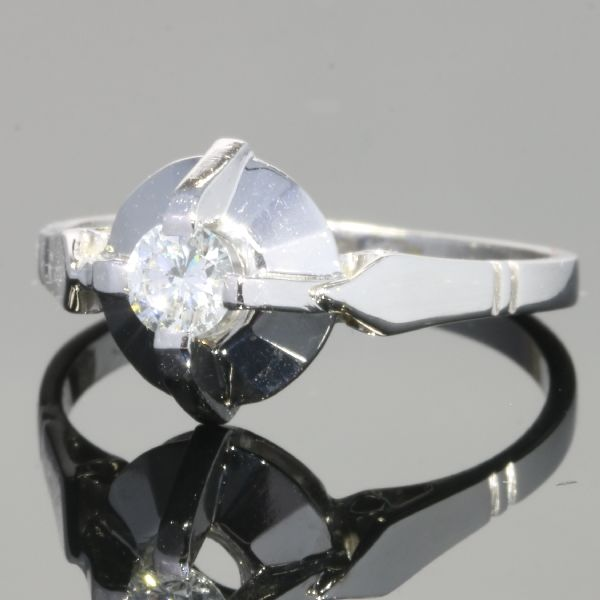 Charming diamond engagement ring also called solitair