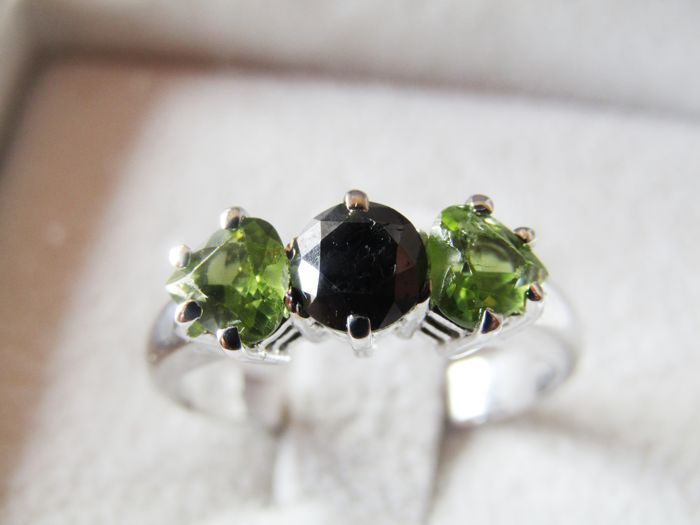 18 kt white gold Trilogy ring with heart-shaped peridot totalling 1.36 ct and a black diamond for 0.72 ct. Ring size: 17 mm - NO RESERVE PRICE