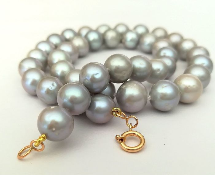 Necklace of freshwater baroque pearls with 19.2 kt gold clasp (Silver grey pearl colour)