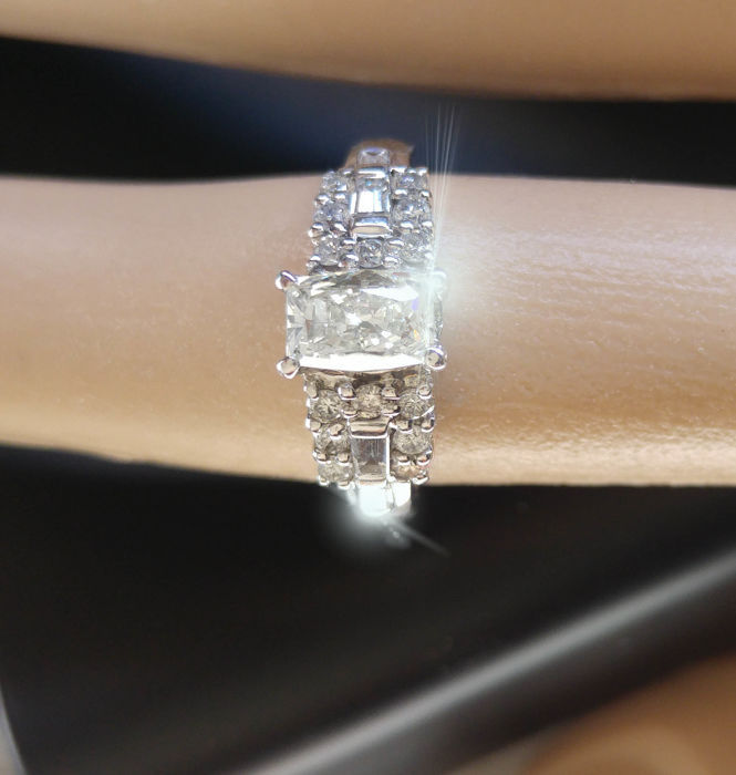 Ring in gold with a diamond of 0.99 ct, 14 brilliants and 4 baguettes, total 3.09 ct, new