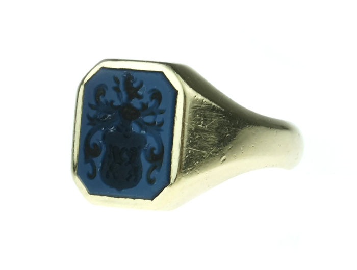 14 kt yellow gold men's signet ring with family coat of arms in blue layered stone