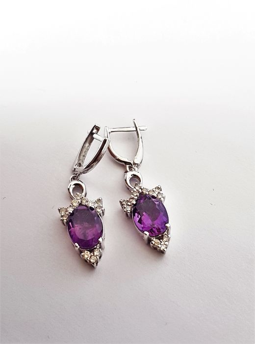 A pair of 18 kt white gold dangle earrings, 6.2 g, set with 0.35 ct diamonds and 4.60 ct amethyst. - length: 3.3 cm