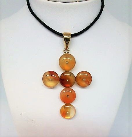 750/1000 gold cross pendant with carnelian -  5.9 x 3.6 cm
