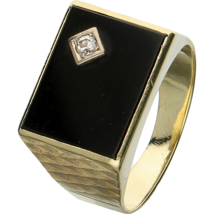 14 kt. - Yellow gold signet ring set with an onyx and a brilliant cut diamond of 0.05 ct in a white gold setting - ring size: 19.25 mm