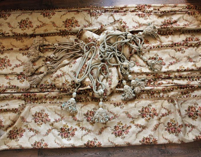 Seven brocade  / fabric curtains or drapes of silk with floral decoration, lined with braids or passementerie pompoms with its curtain loops - 19th century - Manufacture Lyonnaise