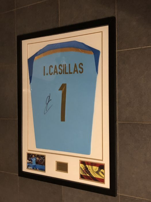 Iker Casillas signed framed Spain 2014-2015 keepers shirt with photo of the moment of signing and COA