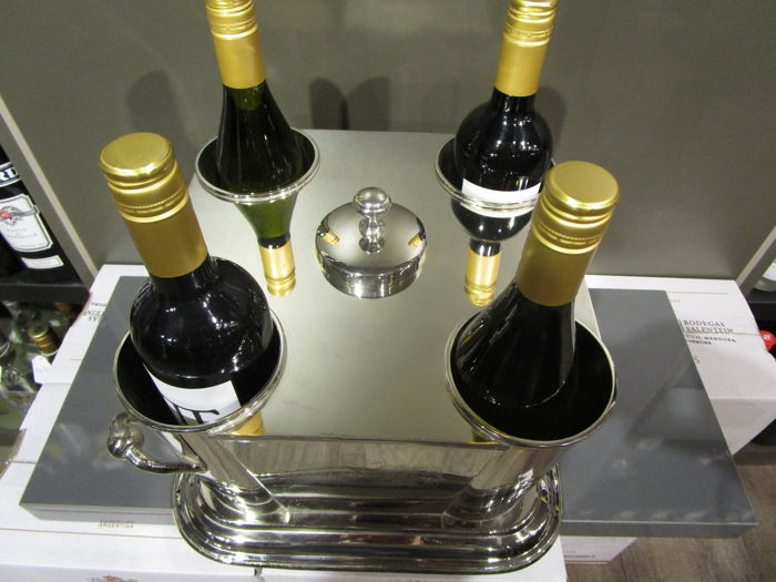 Luxurious wine cooler for 4 bottles with in the middle a compartment for cold water or ice cubes