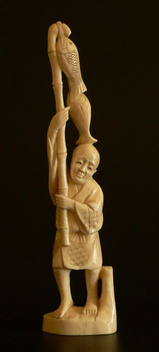 Okimono in ivory (23.5 cm) - Signed 'Tamaichi' (?) - Japan - approx. 1900-1910 (Meiji Period)