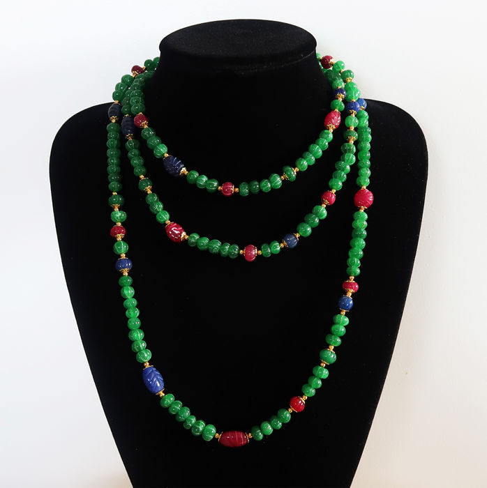Long necklace composed of ribbed melon-shaped emeralds and sapphires, and engraved emeralds and rubies - clasp hallmarked 14 kt gold - 705 Ct - 155 cm