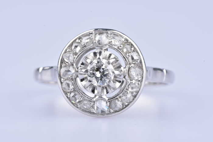 Ring in 18 kt white gold (750), 1 diamond of 0.15 ct, 4 diamonds of 0.112 ct and 12 diamonds of 0.1444 ct