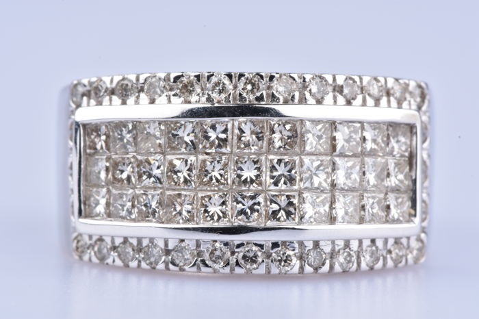 18 kt (750/1000) white gold ring 33 diamonds for a total of 0.56 ct and 32 diamonds for a total of 0.32 ct