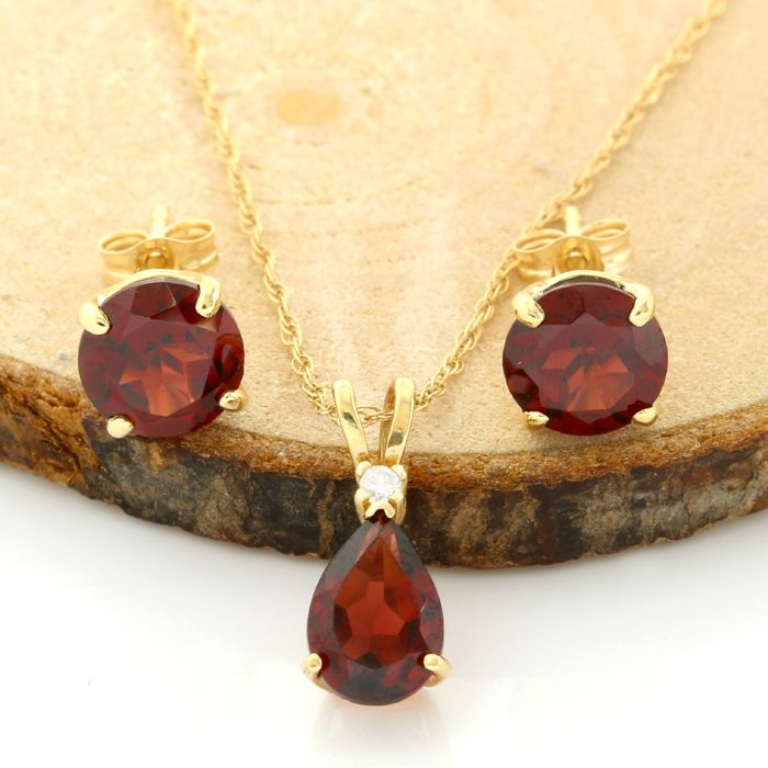 No Reserve Price - 14k Yellow Gold Set of Necklace with Pendant and Stud Earrings with 4.00 ct Pear Shape/Round Cut Garnet and 0.01 ct Round Cut H, SI1 Diamond
