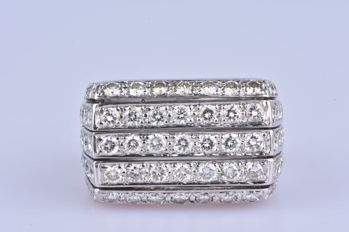 Ring in 18 kt (750/1000) white gold, 17 diamonds for approx. 3.4 ct and 12 diamonds for approx. 0.43 ct