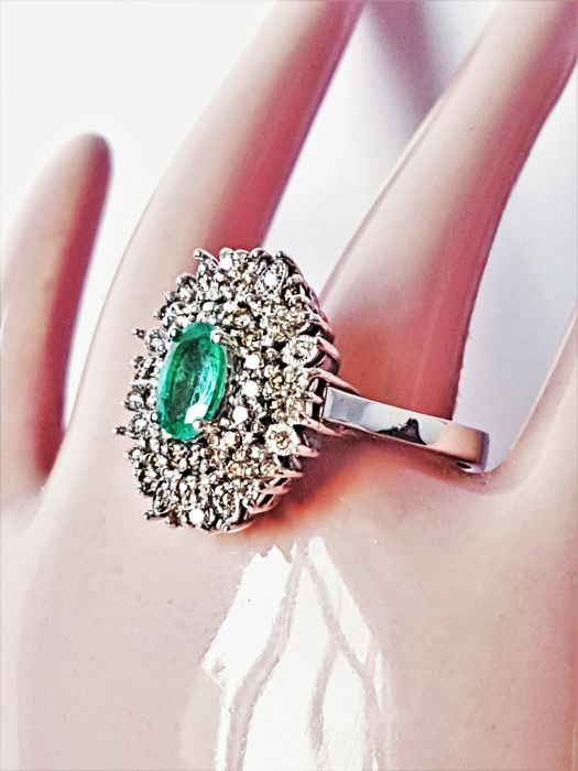 Women's ring made of 18 kt white gold, 8.3 g, with emerald stone, 1.05 ct, and diamonds, 0.73 ct