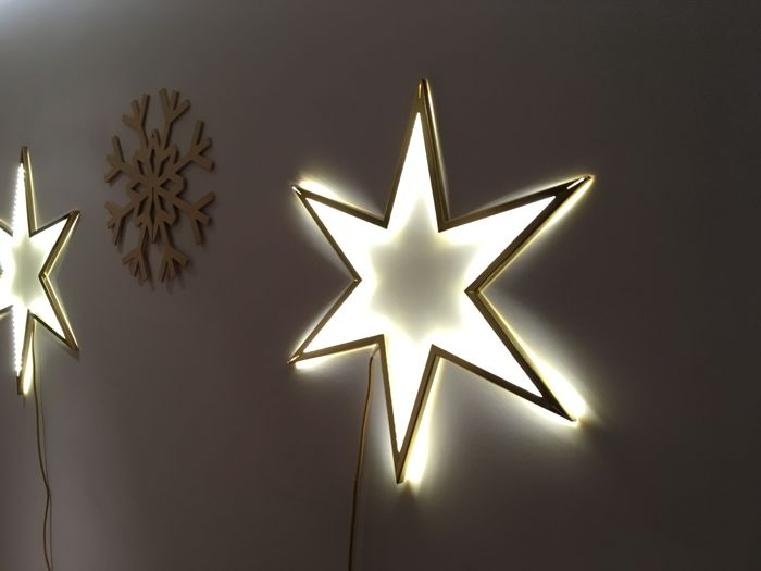 Three brass stars (56/65/77 cm) with led and three wooden snowflakes (45 cm). The set comes from the decoration for a television spot of the year 2017.