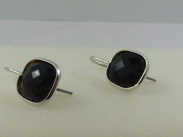 Earrings in 18 kt white gold with faceted onyx