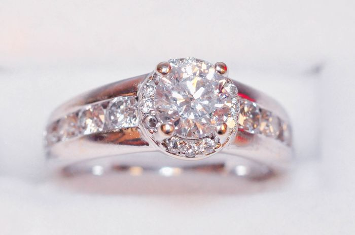 Diamond Ring, 1.45ct total.LOW RESERVED