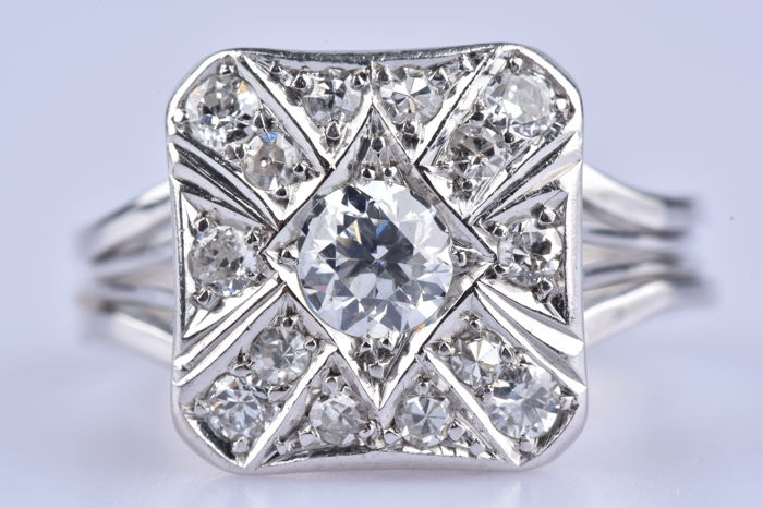 Ring in 18 kt white gold (750/1000) 1 diamond of 0.45 ct/4 diamonds of 0.3 ct / 10 diamonds totalling 0.2 ct