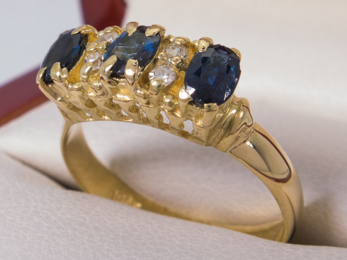 18kt. gold - Diamond 0,10 ct  & sapphire triology ring  - Size: 17.20mm / size 54- **No Reserve**