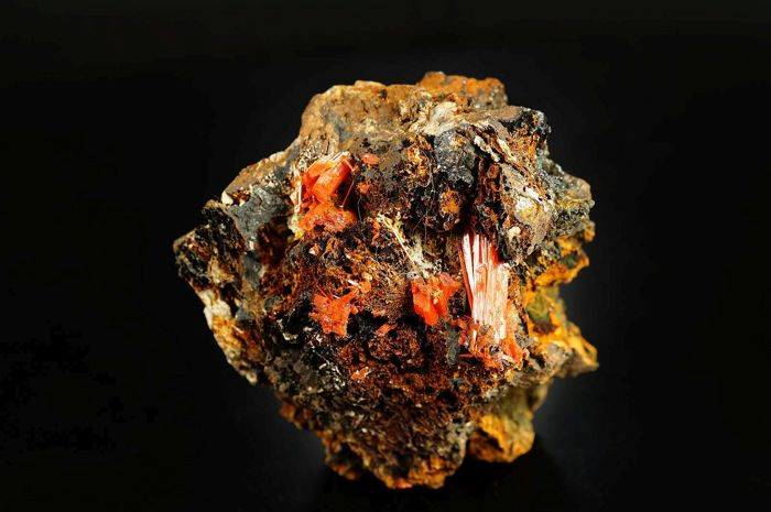 Large intensive red natural Crocoite crystals on matrix - 7,2 x 6,0 x 4,5 cm - 262 gm