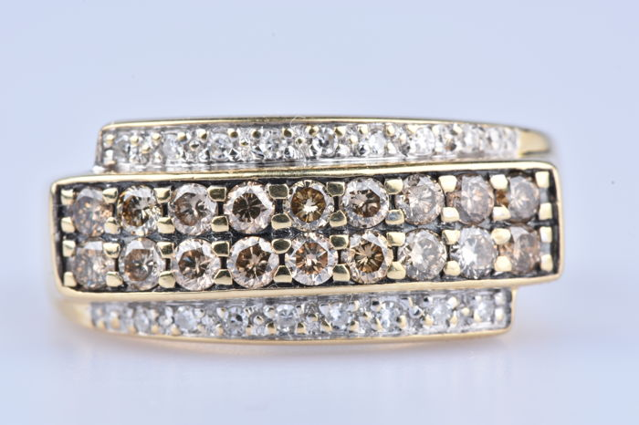 Ring in 18 kt (750/1000) Yellow Gold with 18 champagne diamonds of 0.54 ct in total and 16 diamonds of 0.16 ct in total