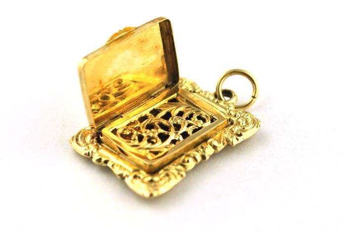 Antique French (19th century) snuff / picture frame / pillbox pendant made of elaborate engraved 18 kt yellow gold
