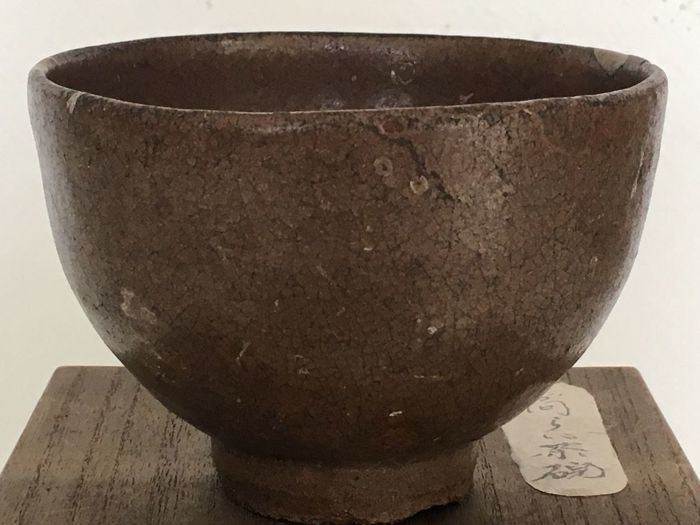 Korean teabowl for Japanese tea ceremony with gold repair (kintsugi), incl. old signed wooden box - Korea, ca. 1750 (middle Joseon period)