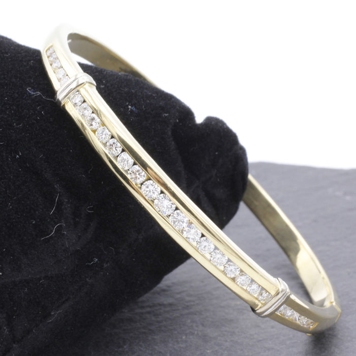 18 kt yellow gold bangle with in total approx. 1.14 ct of brilliant cut diamonds