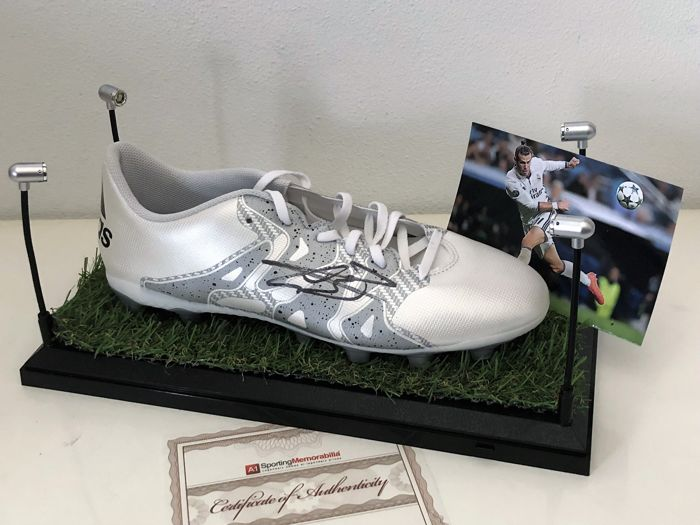 Gareth Bale Hand Signed Football Boot + Display led light - Catawiki 66511ed4867