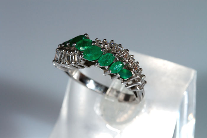 Eternity ring in 18 kt white gold with emeralds and diamonds - size 9 (can be resized)