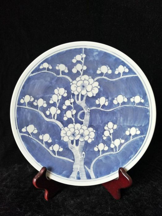 Blue and white porcelain pot decorated with plum tree flowers – China – 19th century
