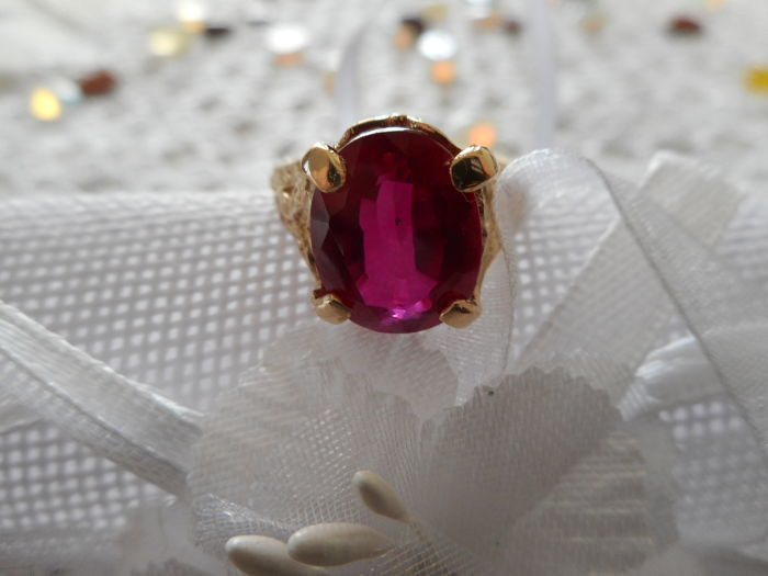 Ring in 18 kt gold with 7.95 ct natural ruby Certificate