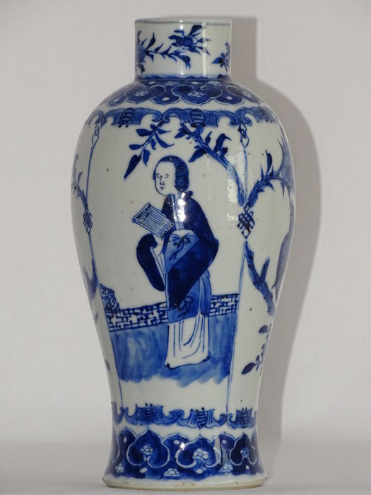 A charming Chinese porcelain vase, Marked Kangxi - China - beginning 19th century