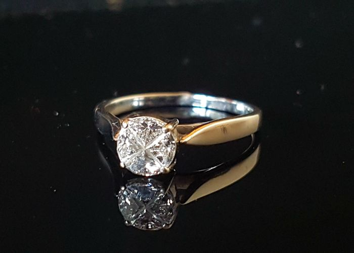 Exceptional engagement ring with diamond in Fancy Design