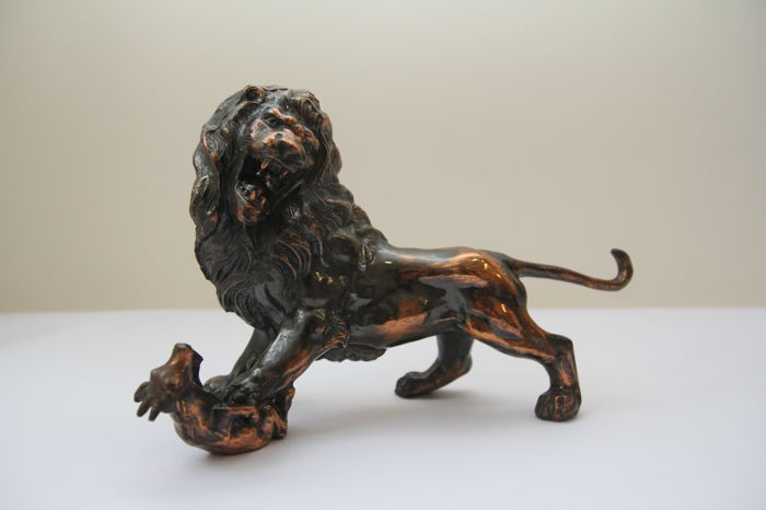 Sculpture of a lion hunting his prey - Italy, 1950 - copper bronze