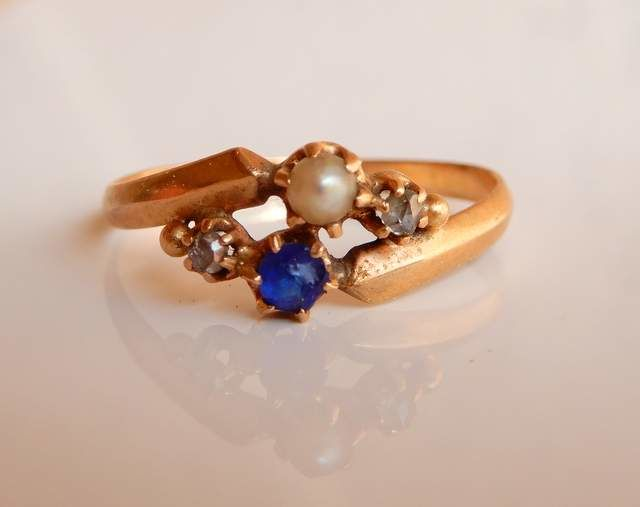 Cocktail ring from 1930 period with sapphire, pearl and 2 diamonds, 18 kt rose gold, size 66