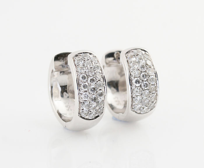 14 kt white-gold earrings with diamonds of 0.50 ct in total, 44 brilliants, G-H VS-SI, 14 x 12.4 x 5.2 mm, weight: 5.20 g