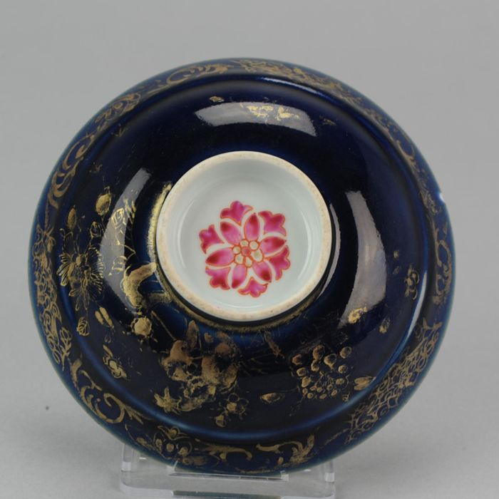 Porcelain Bleu  Poudre & famille Rose Shallow Footed bowl or lid - China - ca 1720