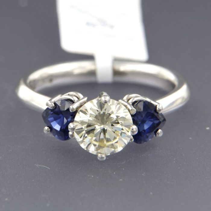 - IGI JEWEL REPORT - Chris Sommer - Platinum ring set with a brilliant cut diamond in the centre of approx. 1.55 ct in total and 2 heart shape cut sapphires of approx. 1.60 ct in total