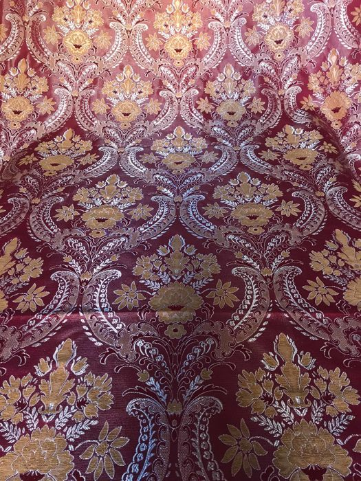 Lot of 5.60 metres of gorgeous red ruby Damask fabric in Louis XVI style