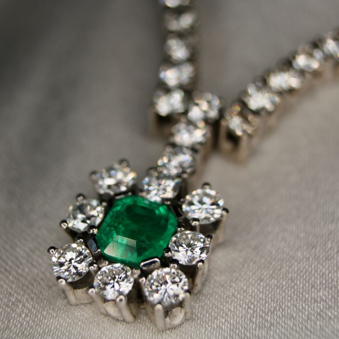 White gold necklace with natural diamonds G/VVSI and Top quality transparent Emerald, 2.75Ct. total. Excellent state.