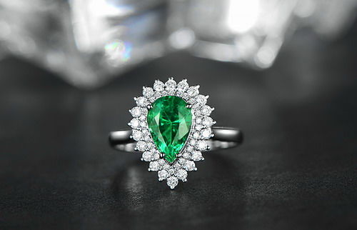 18 kt white gold women's ring with an emerald for 1.50 ct and diamonds for 0.50 ct