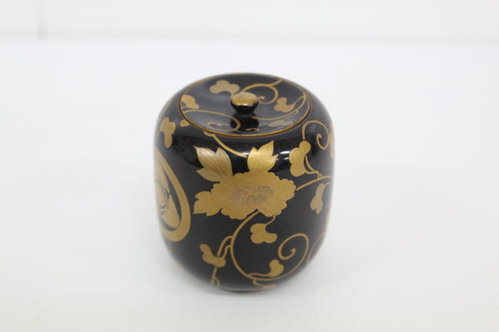 Lacquered matcha (green tea) caddies with maki-e design of ka-mon and arabesque pattern - Japan - Mid 20th century