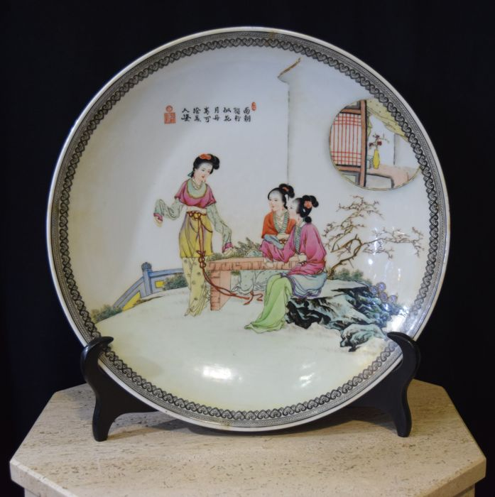 Large Chinese dish pink family Women in the garden - China - 2nd half 20th century