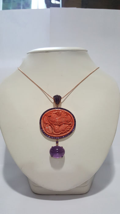 Necklace in 18 kt rose gold and pendant with 100 amethysts (approx. 1.5 ct), coral depicting birds and an amethyst for approx. 5 ct