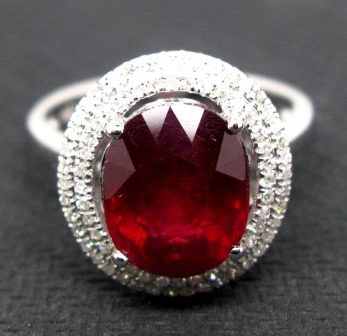 Women's ring in 18 kt white gold with ruby (6.40 ct) and diamonds (0.85 ct)
