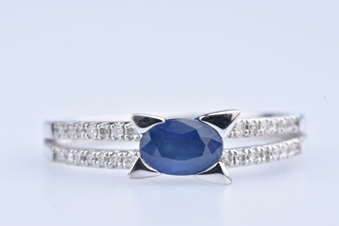 Ring white gold (750/1000) set with 1 sapphire around .40 ct/28 diamonds totalling .14 ct