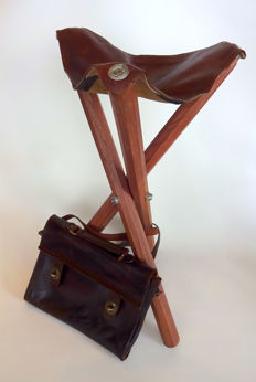 Field stool of leather/wood with old leather bag (Claudio Ferrici)