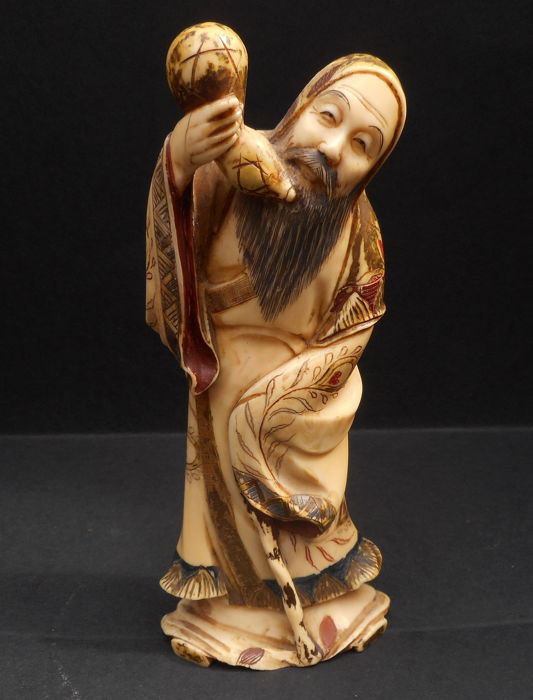 Ivory okimono with traces of polychromy - Chinese sage holding a double gourd -Signed 'Kishio' 岸生- Japan - ca. 1900 (Meiji period)
