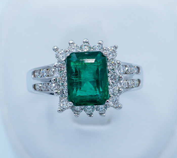 Emerald Ring 2.08 ct - 18kt White Gold & 0.50 ct VS White Diamonds - IGI report